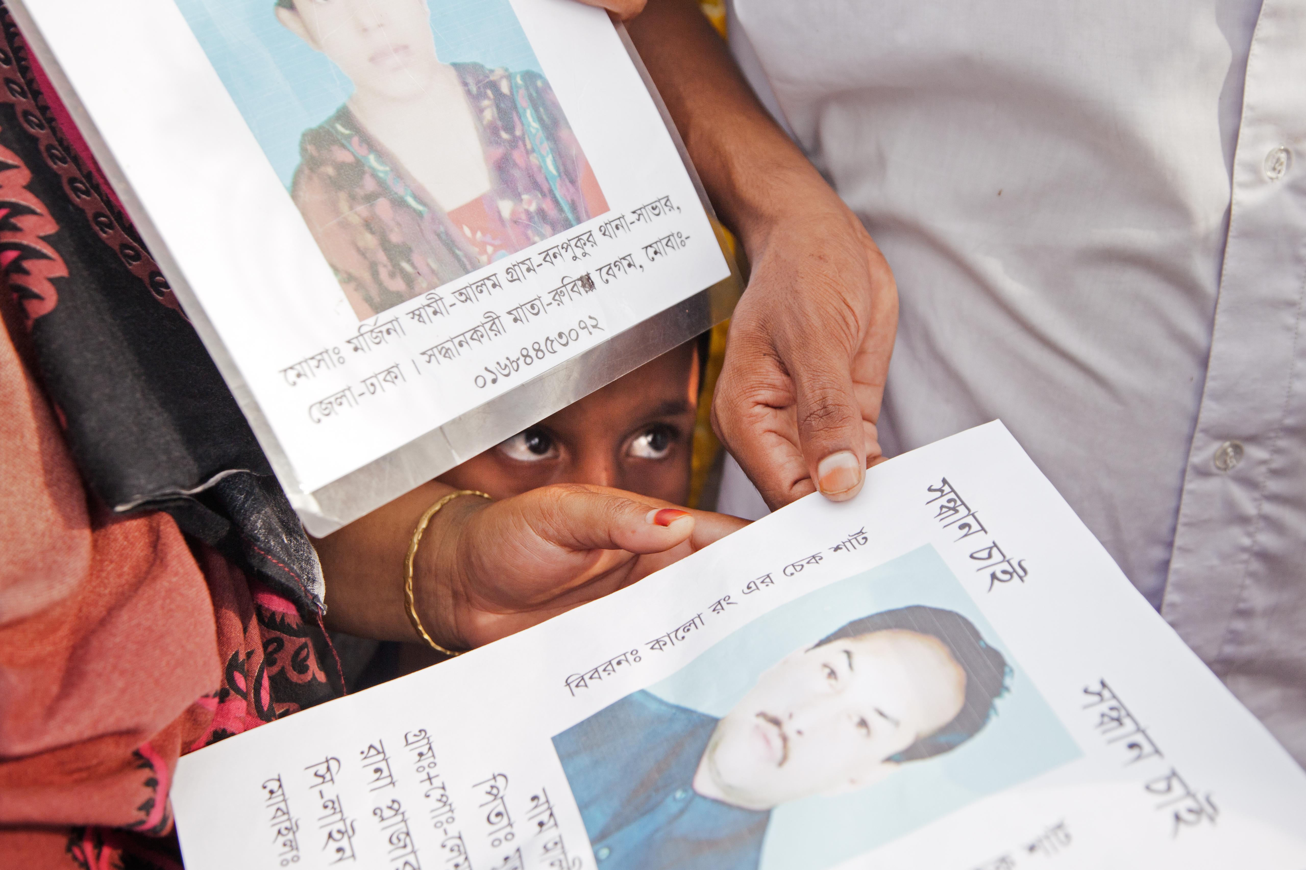 Vlakbij de ingestorte fabriek (Rana Plaza) liggen de lichamen van de dodelijke slachtoffers in lange rijen. Nabestaande zoeken wanhopig naar hun familie leden.